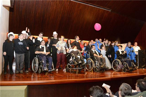 escenario del salón de actos de la DPH con los participantes en el acto conmemorativo