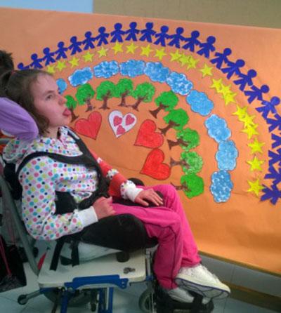 usuaria de asapce colabora en la realización de un mural sobre la paz